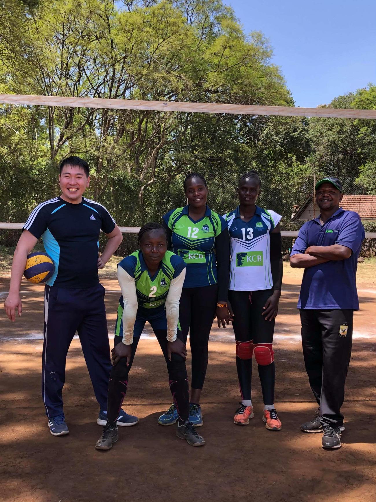 ケニアバレーボール女子代表候補選手と再会し、笑顔を浮かべる片桐さん(左)