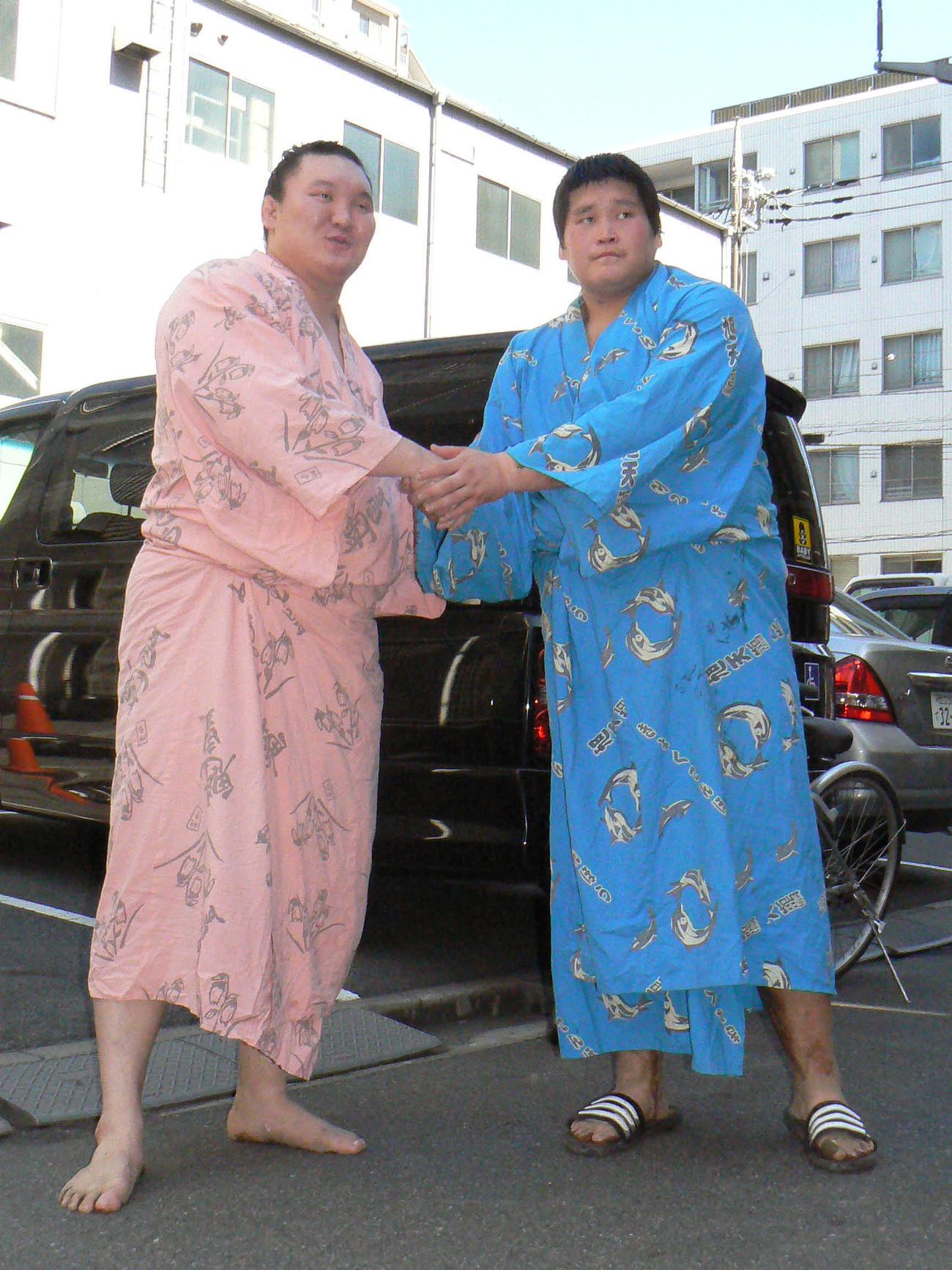 11年3月、初めて胸を合わせた稽古後、旧宮城野部屋前で握手を交わした白鵬(左)と若三勝(現照ノ富士)