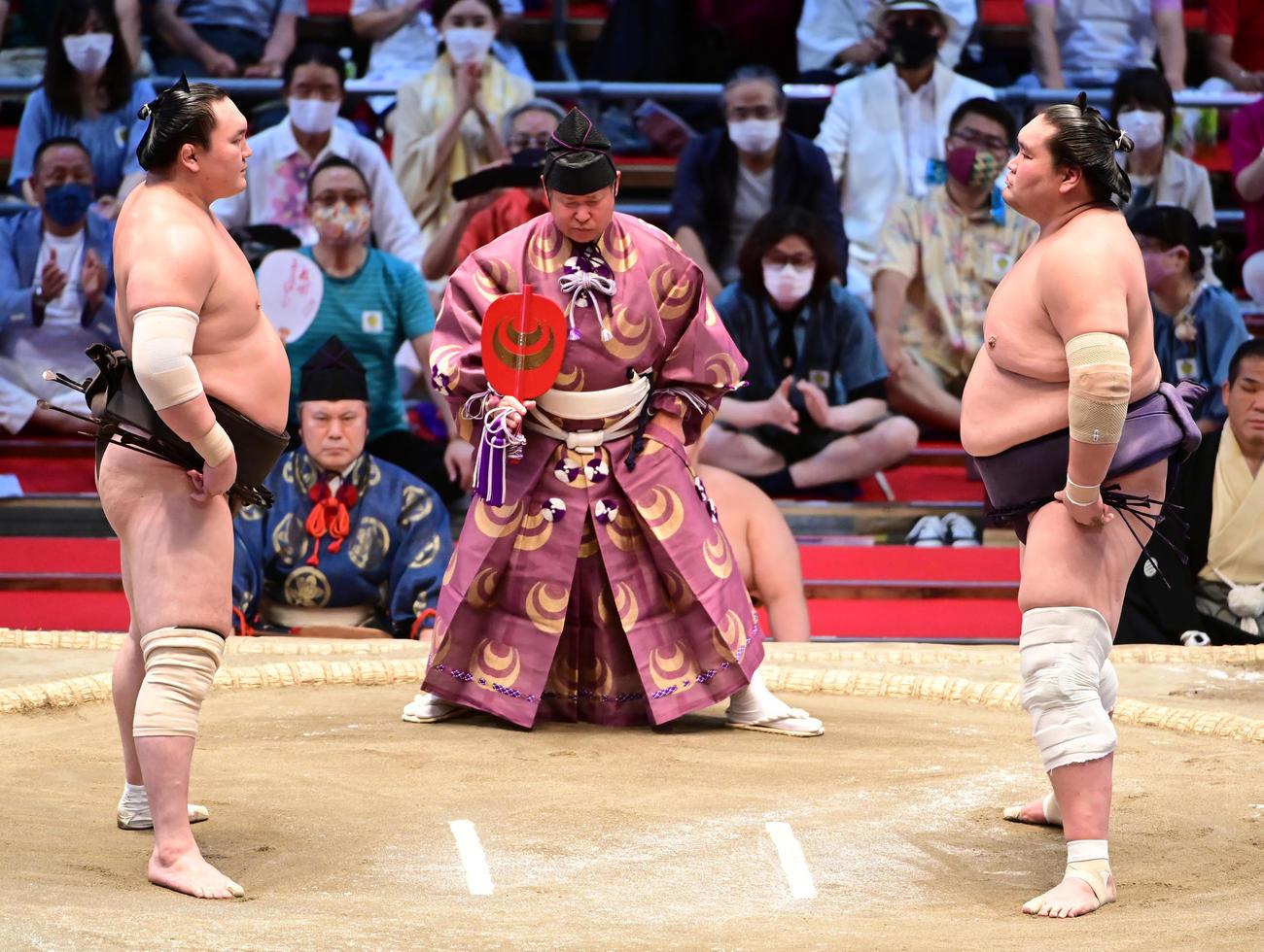 名古屋場所千秋楽 立ち合い前にお互いをにらみあう白鵬(左)と照ノ富士(2021年7月18日撮影)