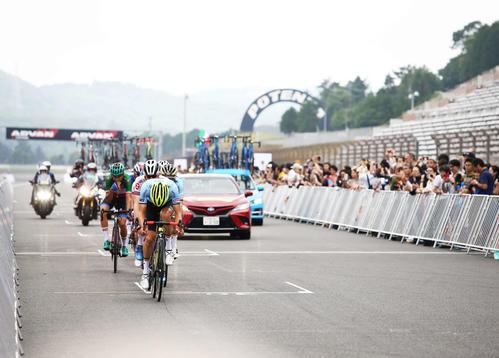 富士スピードウェイのコースを周回する選手たち(撮影・河田真司)