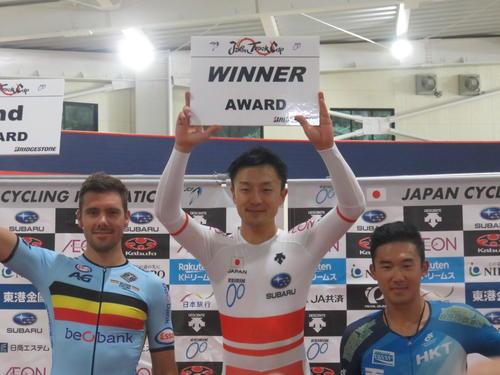 男子オムニアムで優勝した窪木一茂(中央)