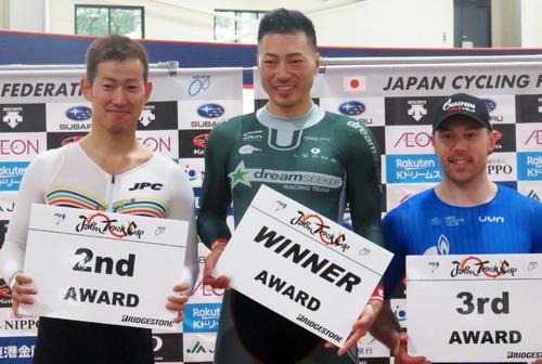 男子ケイリンで優勝した新田祐大(中央)。2位に脇本雄太(左)3位はシェーン・パーキンス(ロシア)(撮影・山本幸史)