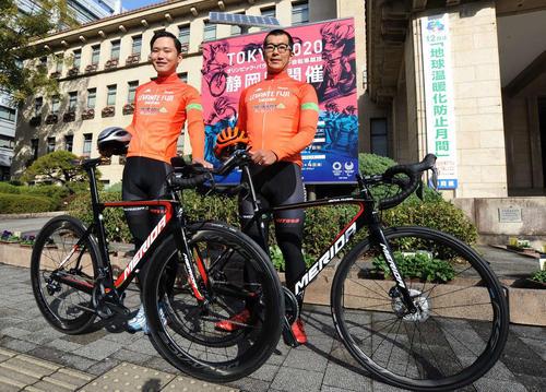 プロサイクリングチーム「レバンテフジ静岡」の佐野淳哉主将(右)と伊藤舜紀