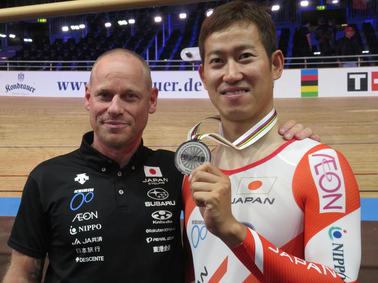 ケイリン銀を獲得した脇本雄太(右)とブノワヘッドコーチ