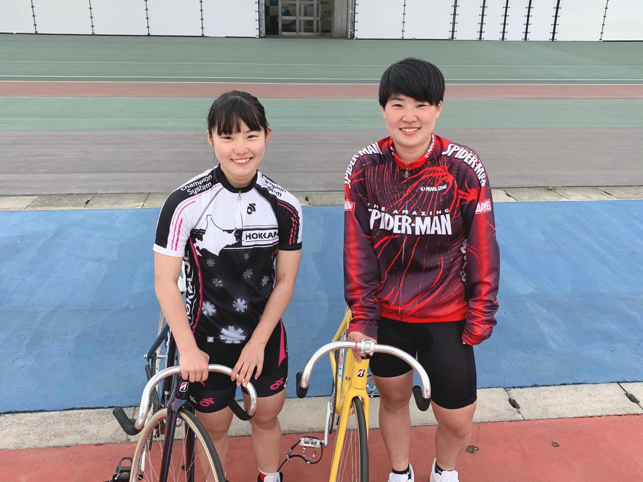 ホワイトガールズプロジェクトに参加し、競輪選手を目指す神戸(左)と畠山(本人提供)