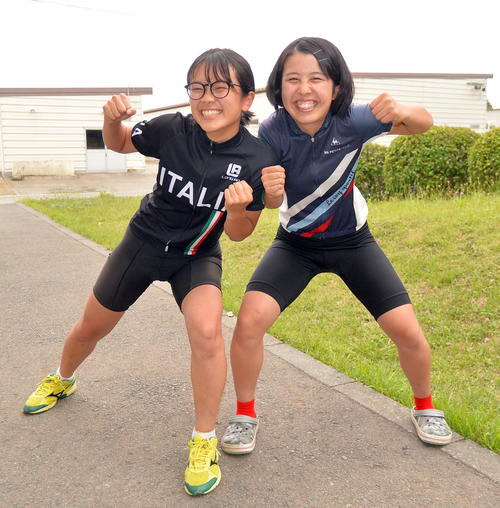 仲良くじゃれ合う若子内(左)と伊藤