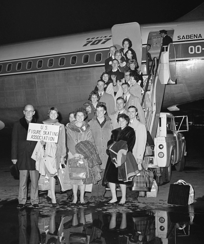 61年4月、搭乗前に笑顔を見せるフィギュアスケート米国代表の選手とコーチ陣(AP)