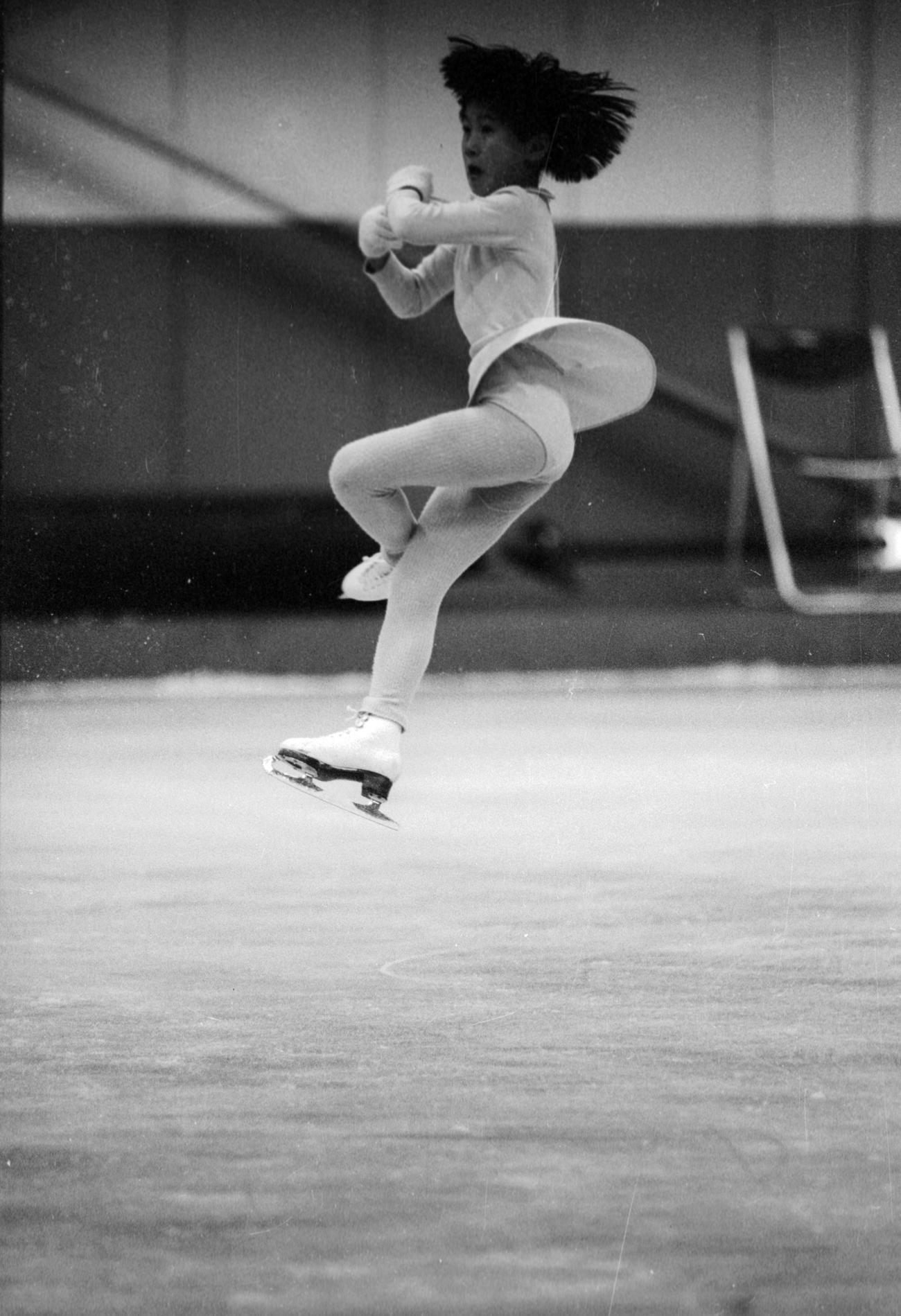 80年12月、全日本フィギュア選手権を前に3回転ジャンプの練習をする伊藤みどり