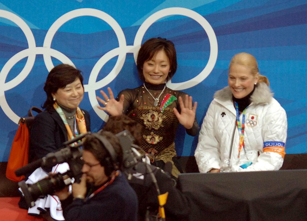 06年2月、トリノ五輪女子SP演技後の安藤美姫(中央)。左は城田憲子監督