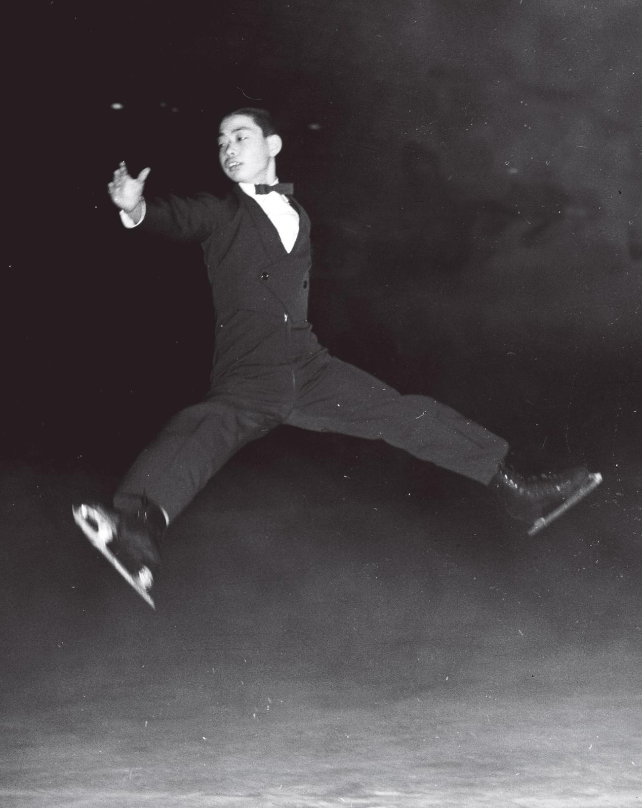 58年3月、華麗なジャンプの演技をみせる佐藤信夫
