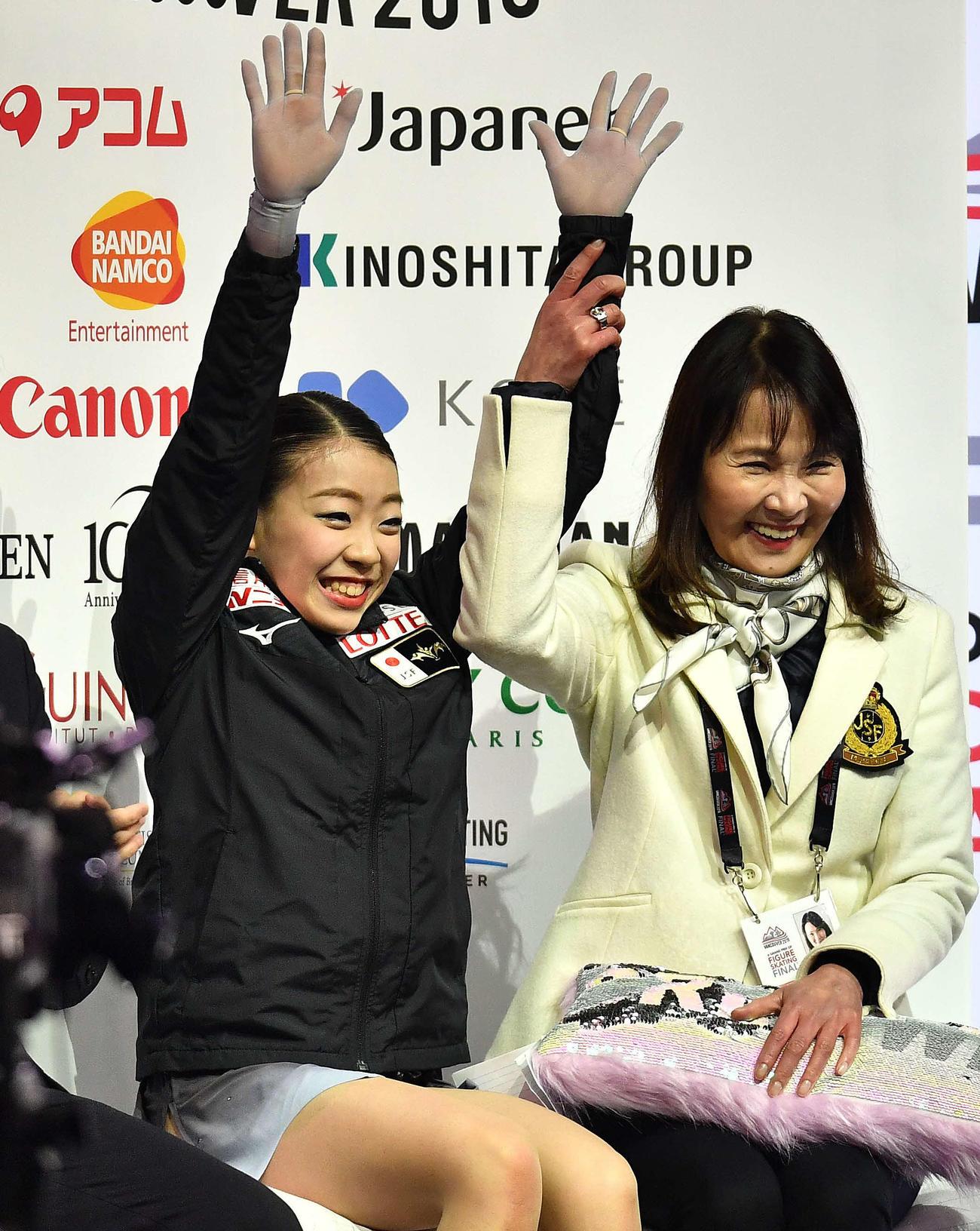 18年12月、フィギュアスケートGPファイナルで優勝が決まり、両手を上げる紀平梨花(左)と浜田美栄コーチ