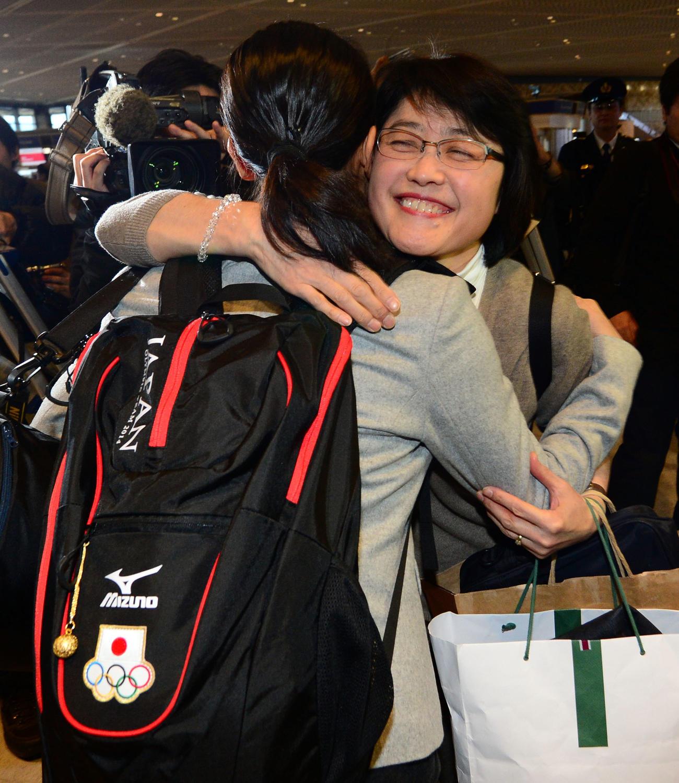14年2月5日、浅田真央さん(左)とハグする佐藤久美子さん