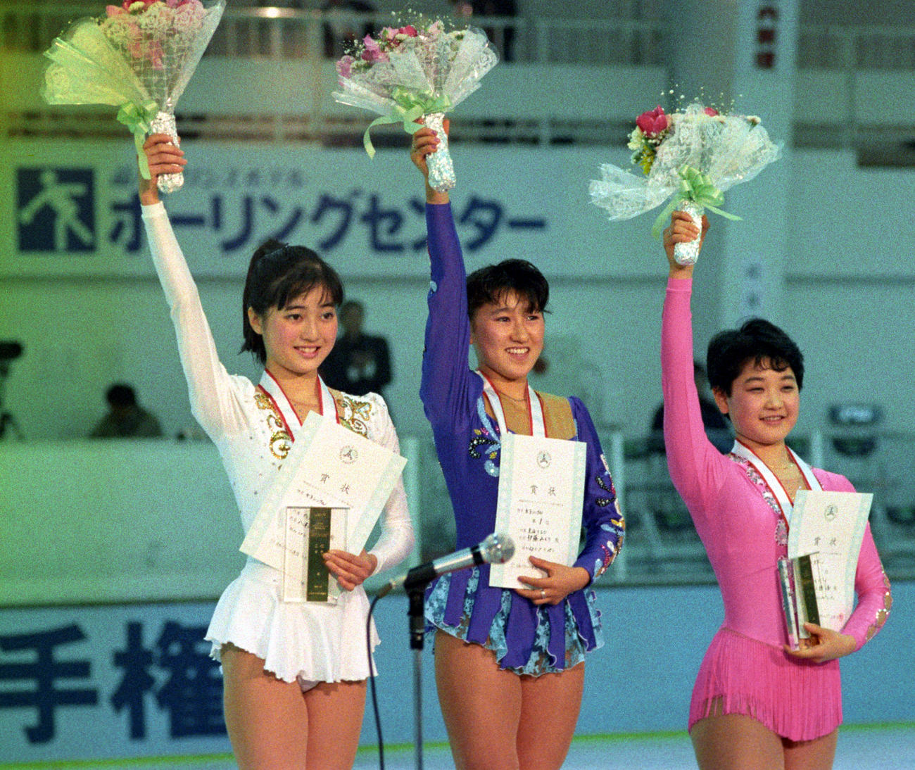 全日本フィギュア選手権の女子シングル表彰式で左から2位八木沼純子、優勝伊藤みどり、3位佐藤有香(1988年1月15日)