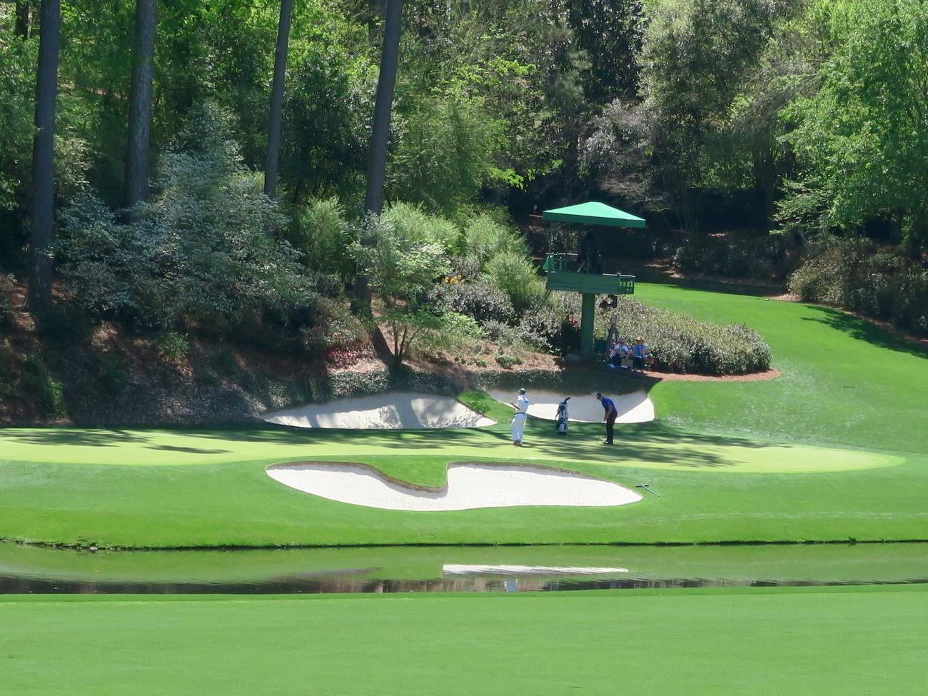 横長でティーグラウンドに対して斜めに配置されているレダンスタイルの12番グリーン