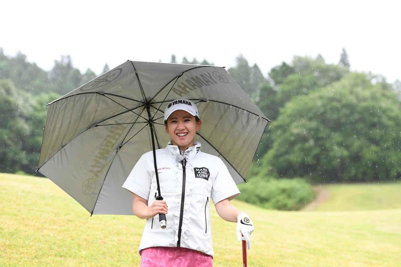 雨の日のゴルフのテーマで「本当に雨が降ってきた」と笑顔を見せる永井花奈プロ