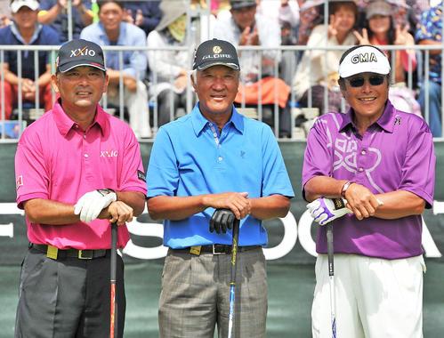 日本オープン初日のティーグラウンドで笑顔を見せる左から中嶋常幸、青木功、尾崎将司(2012年10月11日撮影)