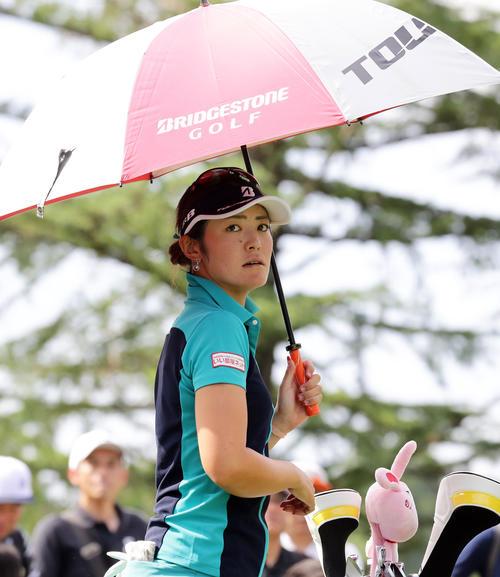 日傘を差して2番ティーを待つ渡辺(2019年9月6日撮影・浅見桂子)