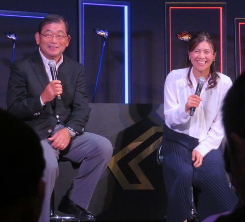 ゼクシオ新商品発表会で、中嶋(左)とトークショーに出席した新垣