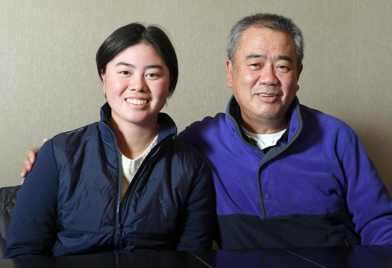 父でコーチの正和氏と笑顔を見せる女子プロゴルファー笹生優花(撮影・たえ見朱実)