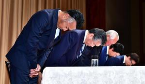 会見で出席者とともに深々と頭を下げる片山(左)(撮影・小沢裕)