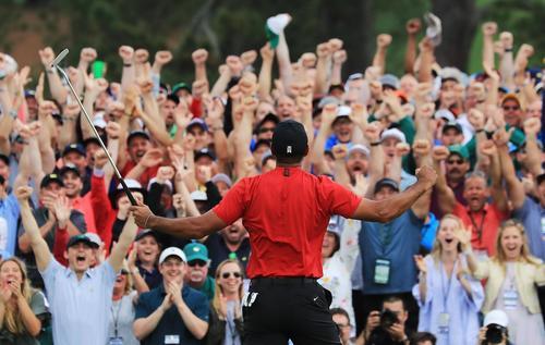 最終ラウンド、逆転で優勝を果たし観客の大歓声を浴びるタイガー・ウッズ(ゲッティ=共同)