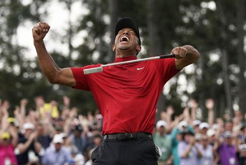 米男子ゴルフのマスターズ・トーナメントの最終ラウンド、逆転で優勝を果たし、喜びを爆発させるタイガー・ウッズ。11年ぶりのメジャー制覇で完全復活を果たした(AP=共同)