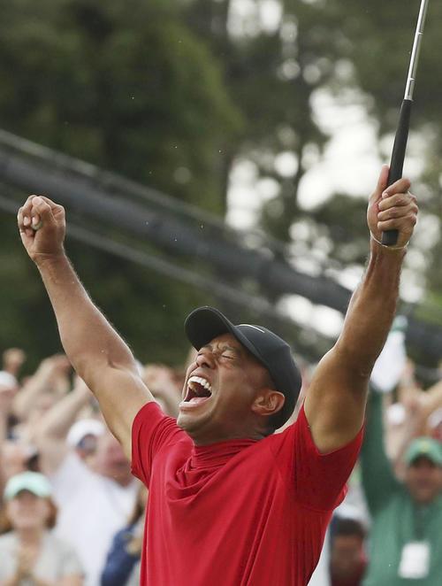 米男子ゴルフのマスターズ・トーナメントの最終ラウンド、逆転で優勝を果たし、ガッツポーズするタイガー・ウッズ。11年ぶりのメジャー制覇で完全復活を果たした(ロイター=共同)
