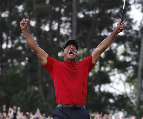 米男子ゴルフのマスターズ・トーナメントの最終ラウンド、逆転で優勝を果たし、喜びを爆発させるタイガー・ウッズ。11年ぶりのメジャー制覇で完全復活を果たした(共同)