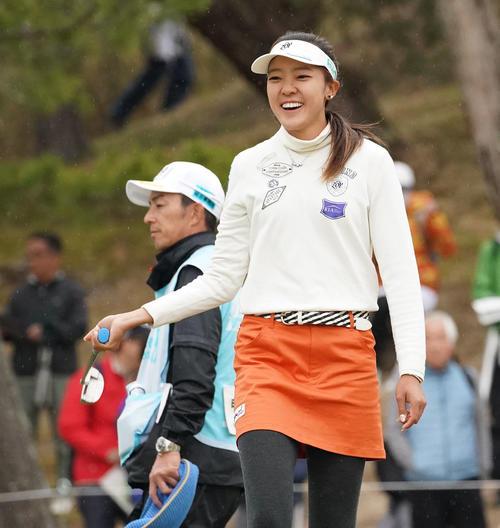 スタジオアリス女子オープン・最終日 4番グリーンで笑顔を見せるエイミー・コガ(撮影・奥田泰也)