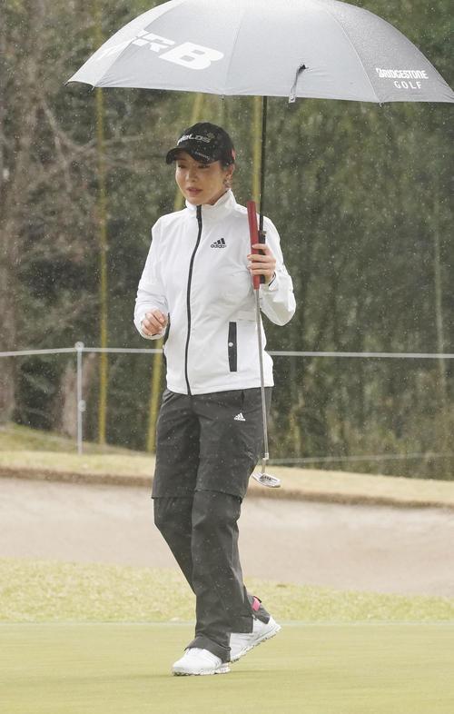 スタジオアリス女子オープン・最終日 16番ピンを見るアン・シネ(撮影・奥田泰也)