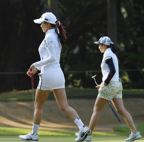 KKT杯バンテリンレディスオープン2日目、3番グリーンを歩くアン・シネと三浦桃香(撮影・今浪浩三