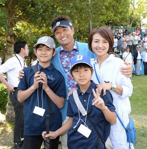 優勝し長男・翔太郎君(左)、次男・悠生君(手前)、妻朋美さん(右)と記念撮影をする宮本(撮影・森本幸一)