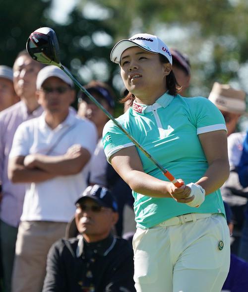 サントリーレディスオープンゴルフトーナメント初日 10番ティーショットを放つ永峰咲希(撮影・奥田泰也)