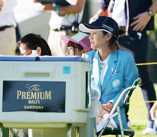 サントリーレディスオープンゴルフトーナメント初日 試合を見る宮里藍(撮影・奥田泰也)