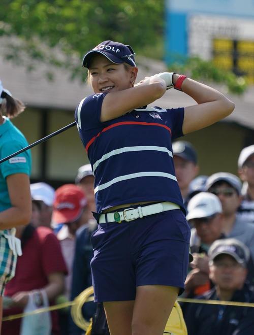 サントリーレディスオープンゴルフトーナメント初日 10番ティーで笑顔を見せる成田美寿々(撮影・奥田泰也)