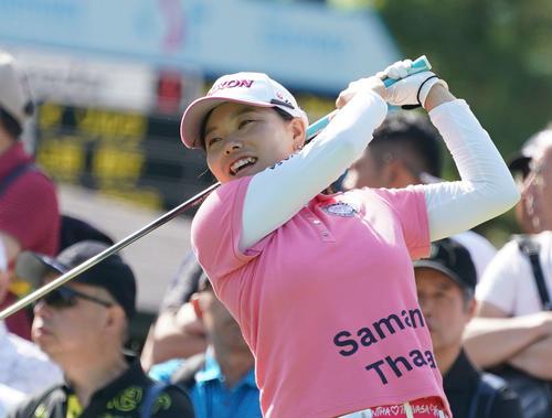 サントリーレディスオープンゴルフトーナメント初日 10番ティーで笑顔を見せる勝みなみ(撮影・奥田泰也)