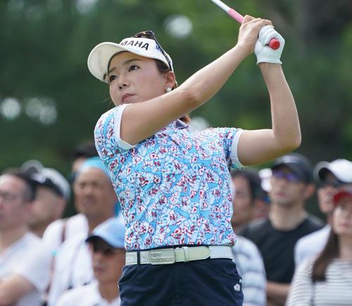 サントリーレディスオープンゴルフトーナメント初日 10番ティーショットを放つ有村智恵(撮影・奥田泰也)