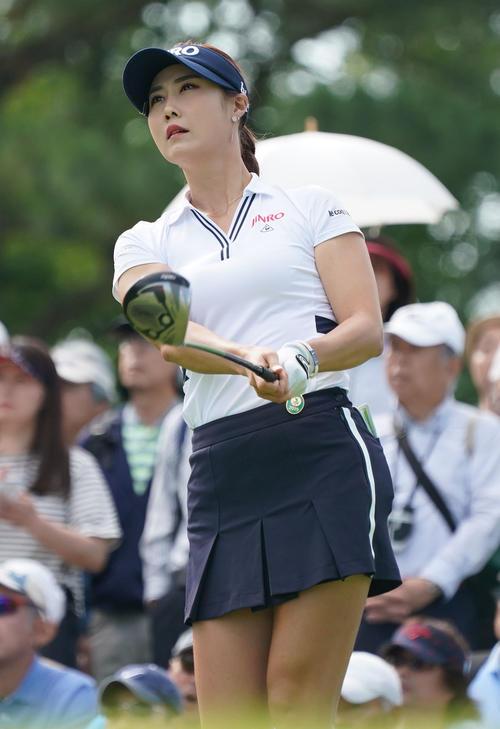 サントリーレディスオープンゴルフトーナメント初日 10番ティーショットを放つキム・ハヌル(撮影・奥田泰也)