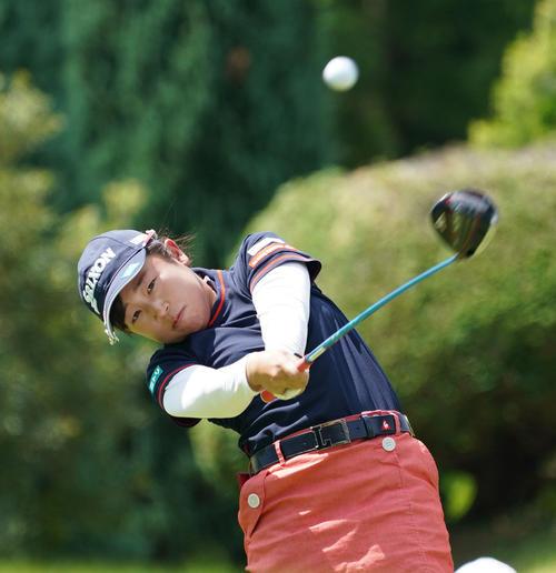 サントリーレディスオープンゴルフトーナメント初日 10番ティーショットを放つ菅沼菜々(撮影・奥田泰也)
