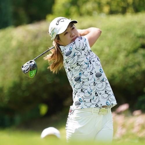 サントリーレディスオープンゴルフトーナメント初日 10番ティーショットを放つイ・ソルラ(撮影・奥田泰也)