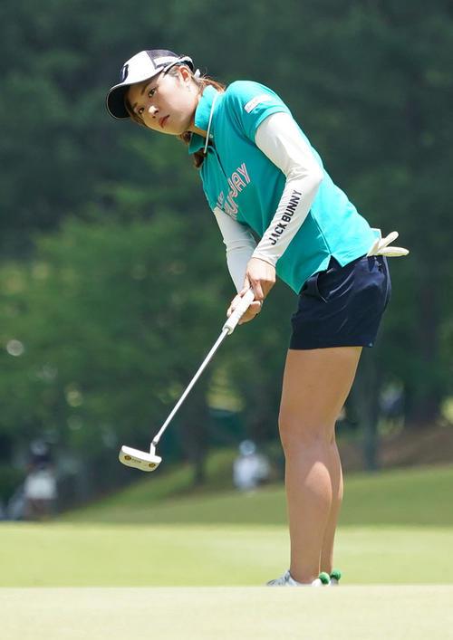 サントリーレディスオープンゴルフトーナメント初日 1番パットをする大里桃子(撮影・奥田泰也)