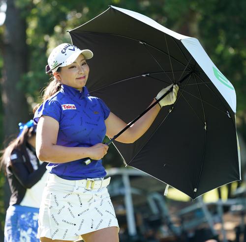 サントリーレディスオープンゴルフトーナメント初日 4番ティーショットを終えた竹内美雪は笑顔でフェアウエーに向かう(撮影・奥田泰也)