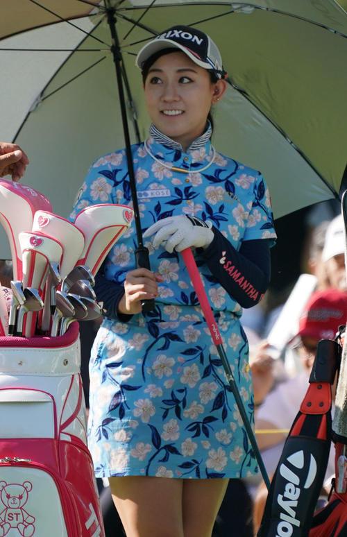 サントリーレディスオープンゴルフトーナメント初日 10番ティーで笑顔を見せる香妻琴乃(撮影・奥田泰也)