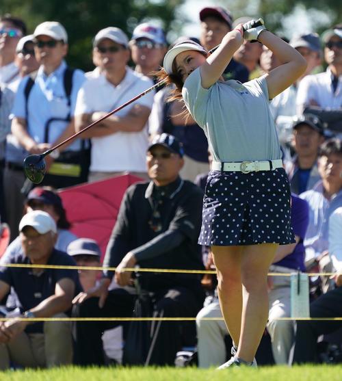 サントリーレディスオープンゴルフトーナメント初日 10番ティーショットを放つ西村優菜(撮影・奥田泰也)