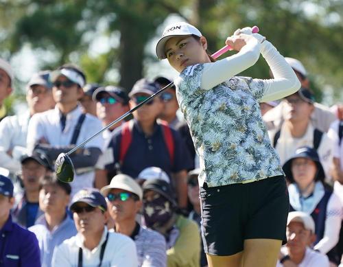 サントリーレディスオープンゴルフトーナメント初日 10番ティーショットを放つ新垣比菜(撮影・奥田泰也)