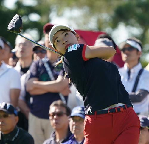 サントリーレディスオープンゴルフトーナメント初日 10番ティーショットを放つ渋野日向子(撮影・奥田泰也)