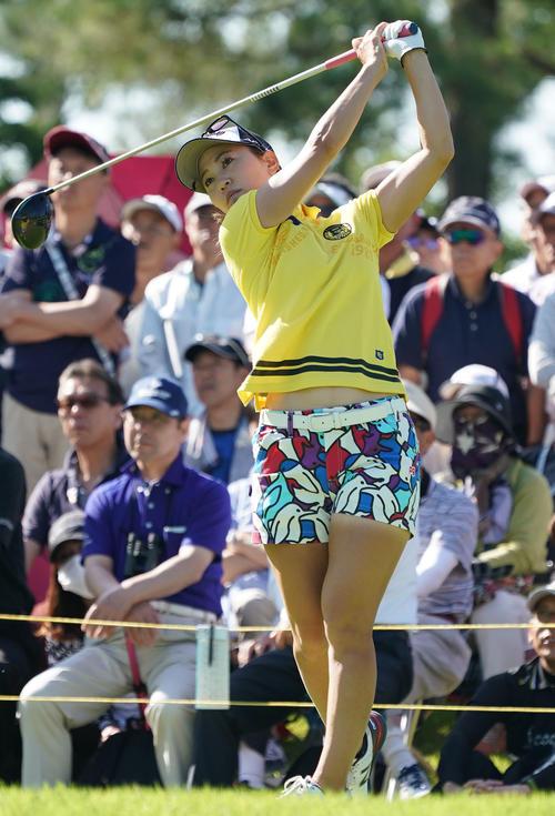 サントリーレディスオープンゴルフトーナメント初日 10番ティーショットを放つ上田桃子(撮影・奥田泰也)