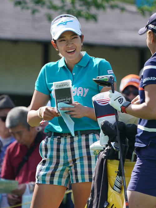 サントリーレディスオープンゴルフトーナメント初日 10番ティーで笑顔を見せる原英莉花(撮影・奥田泰也)