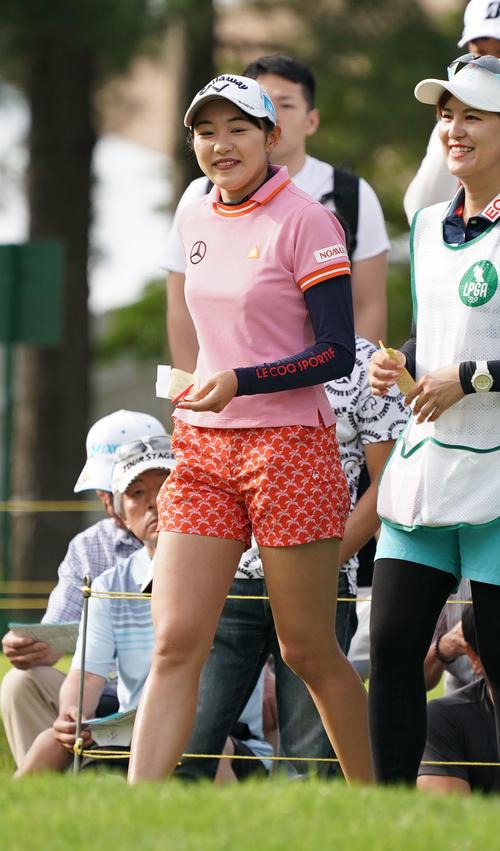 サントリーレディスオープンゴルフトーナメント2日目 10番ティーで笑顔を見せる三浦桃香(撮影・奥田泰也)