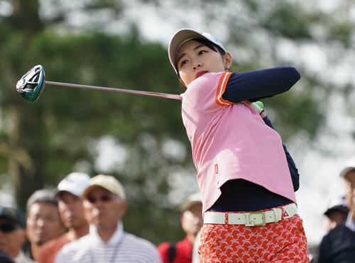 サントリーレディスオープンゴルフトーナメント2日目 10番ティーショットを放つ三浦桃香(撮影・奥田泰也)